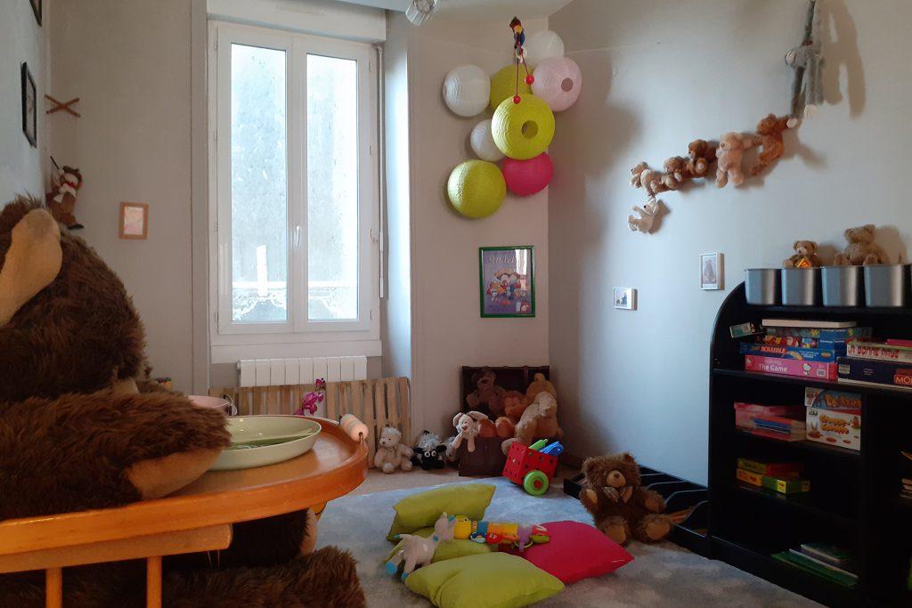 Coin enfants avec peluches, jouets, livres pour enfants