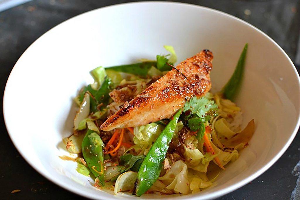 Plat, poulet laqué au jus de carotte et légumes croquants
